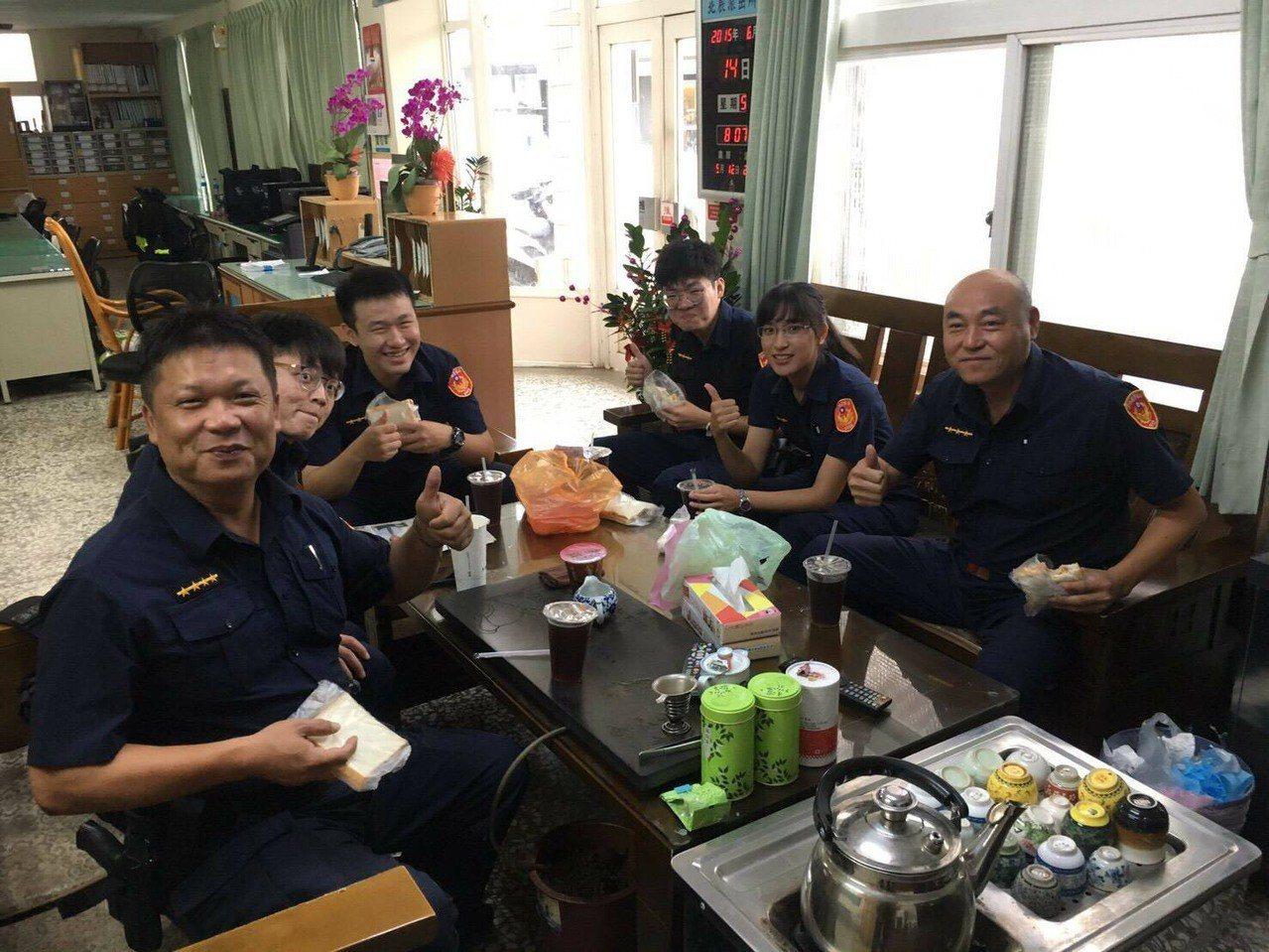 北港分局長王立德今天親送早餐給所有執勤員警,祝他們警察節快樂,一份暖心的早餐,讓...