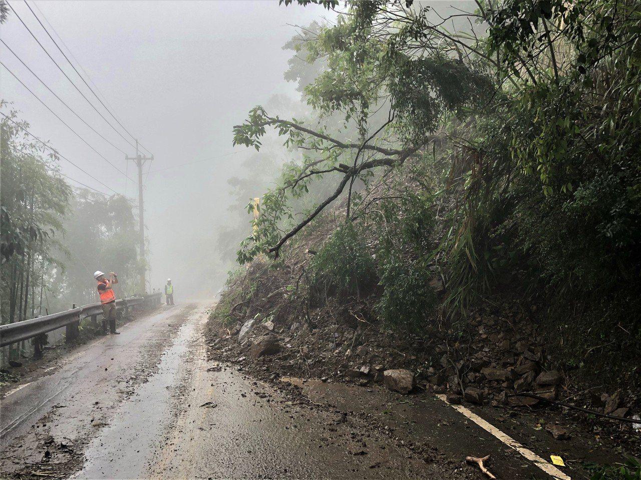 台14甲線5.6公里五里坡路段今天上午再發生上邊坡落石坍方,工務人員初步搶通單線...