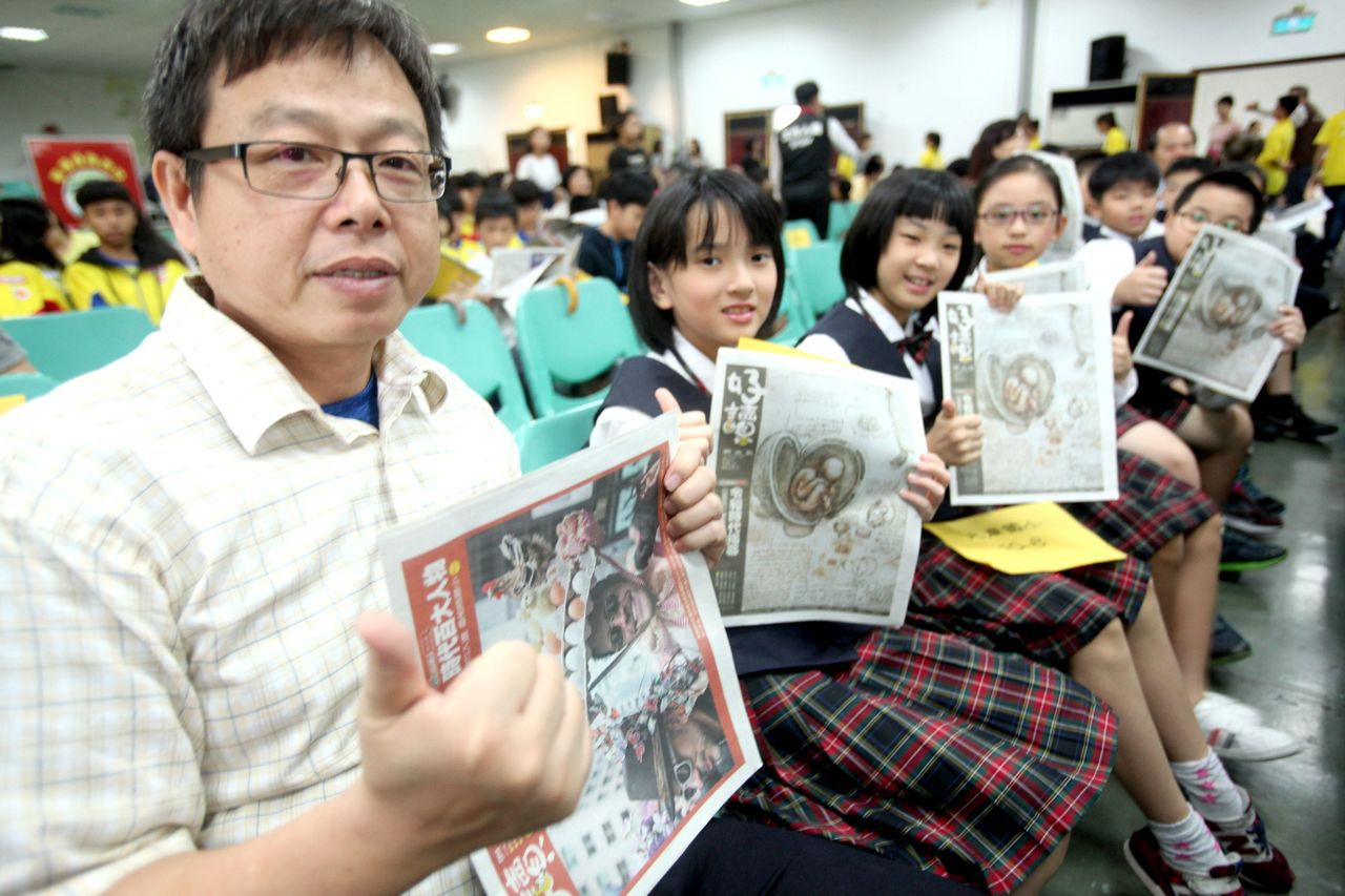 會場裡,學生們對所贈閱「好讀」週報不僅搶先爭閱,更是讚不絕口。記者葉英豪/攝影