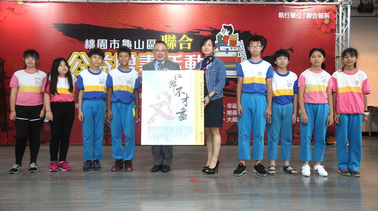 聯合報發行展業部總經理楊大德贈書給學校。記者葉英豪/攝影
