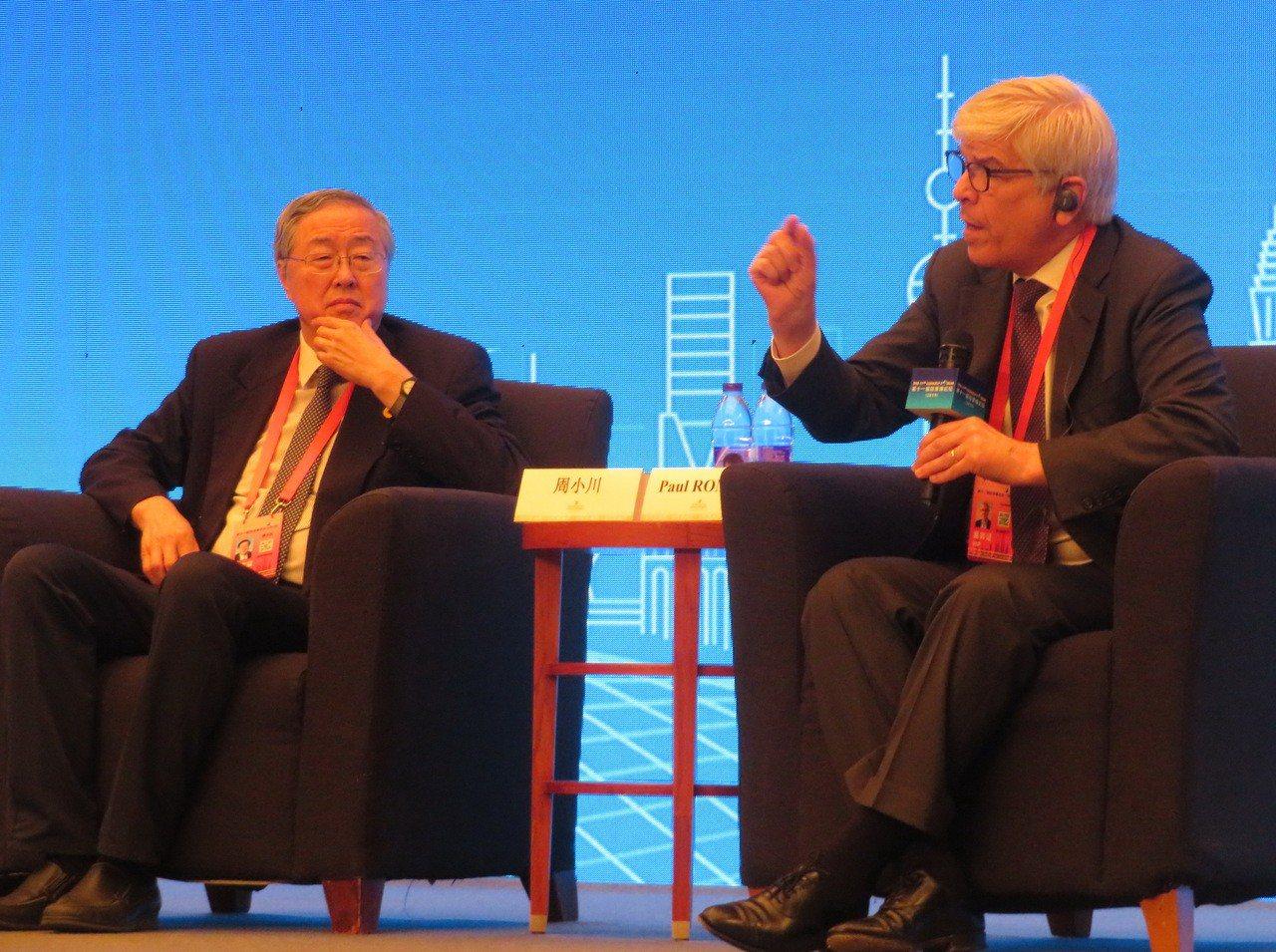 2018年諾貝爾經濟學獎得主羅默(右)認為,若美國對中國設下「科技鐵幕」,最終導...