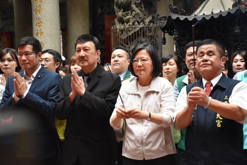 蔡英文總統今天在立委余天、江永昌等人陪同下,到三重義天宮參拜。記者江婉儀/攝影