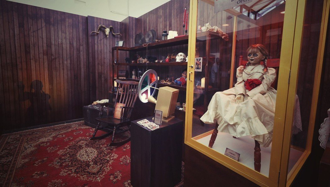 「安娜貝爾回家囉」的靈異博物館,即日起已在西門町電影公園進行展示。圖/華納兄弟提...
