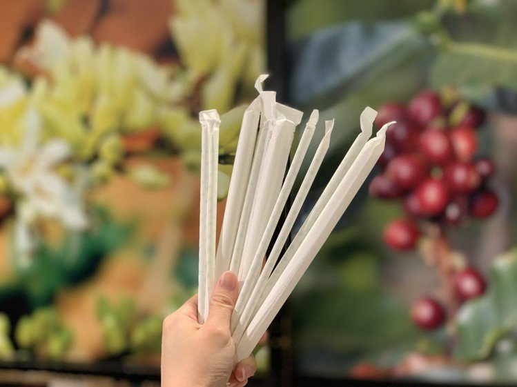 百貨響應政府禁塑政策,館內餐飲不提供塑膠吸管,改以紙吸管或其他環保吸管代替。記者...