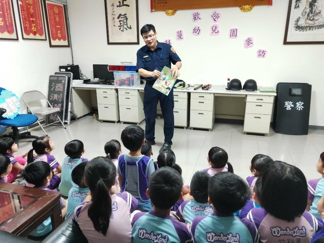 三民派出所長吳榮財也不忘現場向幼童們宣導反詐騙手法。警方提供