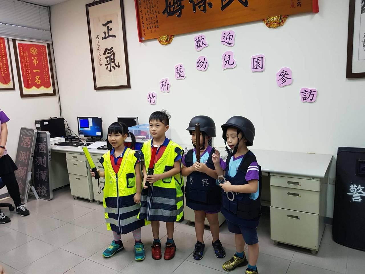 三民派出所長吳榮財讓幼童們試穿防彈背心、防彈頭盔,當一天「小小警察」。警方提供