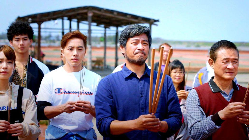 劉漢強(中)演出「月村歡迎你」 圖/三立提供