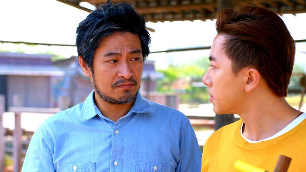 劉漢強(左)演出「月村歡迎你」 圖/三立提供