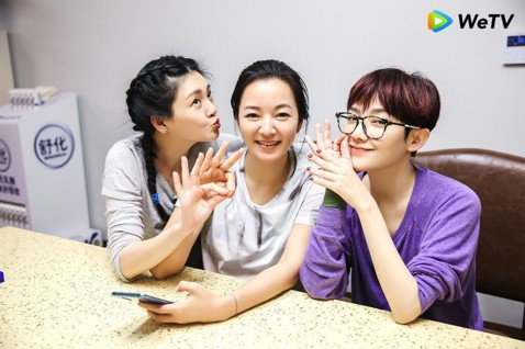 大S、小S及范曉萱與阿雅四姊妹在《我們是真正的朋友》合體遊緬甸,共同創作新單曲〈姐妹們的旅行〉在小S 41歲生日推出。此外,大S在節目中自曝曾罹患厭食症,當時體重只有39公斤,若是拍電影時體重維持在...
