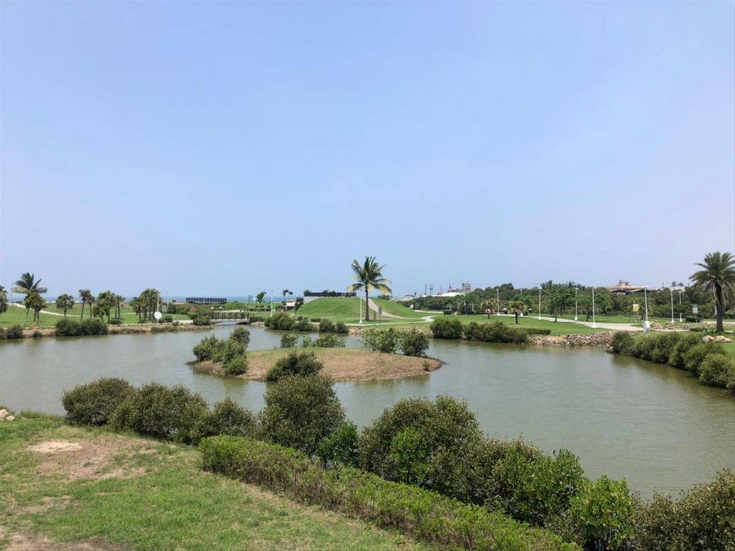 高雄林園海洋濕地公園是全台少數可以看得見水母的潟湖,民眾反映遮陽設施不夠,市府養...