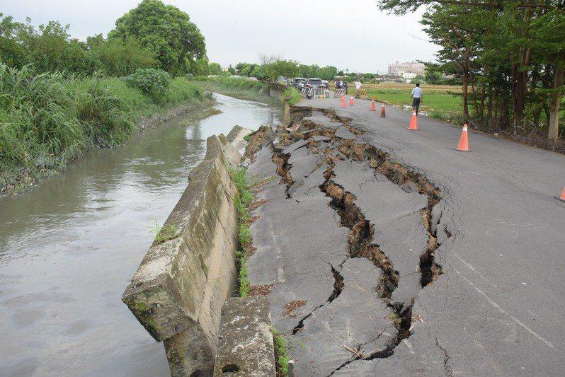 連日持續豪雨,東溝排水水湍急,沖垮埔心鄉武興路與武英北路口的護岸,現場出現長約55公尺的堤岸及路面塌陷。記者何烱榮/攝影