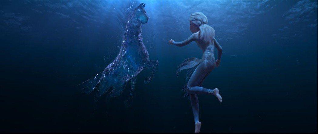 艾莎在水底歷經一場冒險。圖/摘自allocine