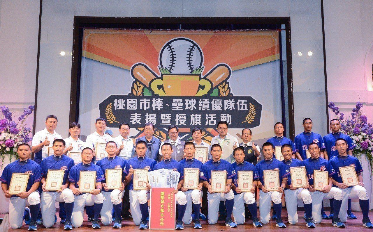 鄭文燦長和平鎮高中棒球選手及教練合影。圖/桃園市政府新聞處提供