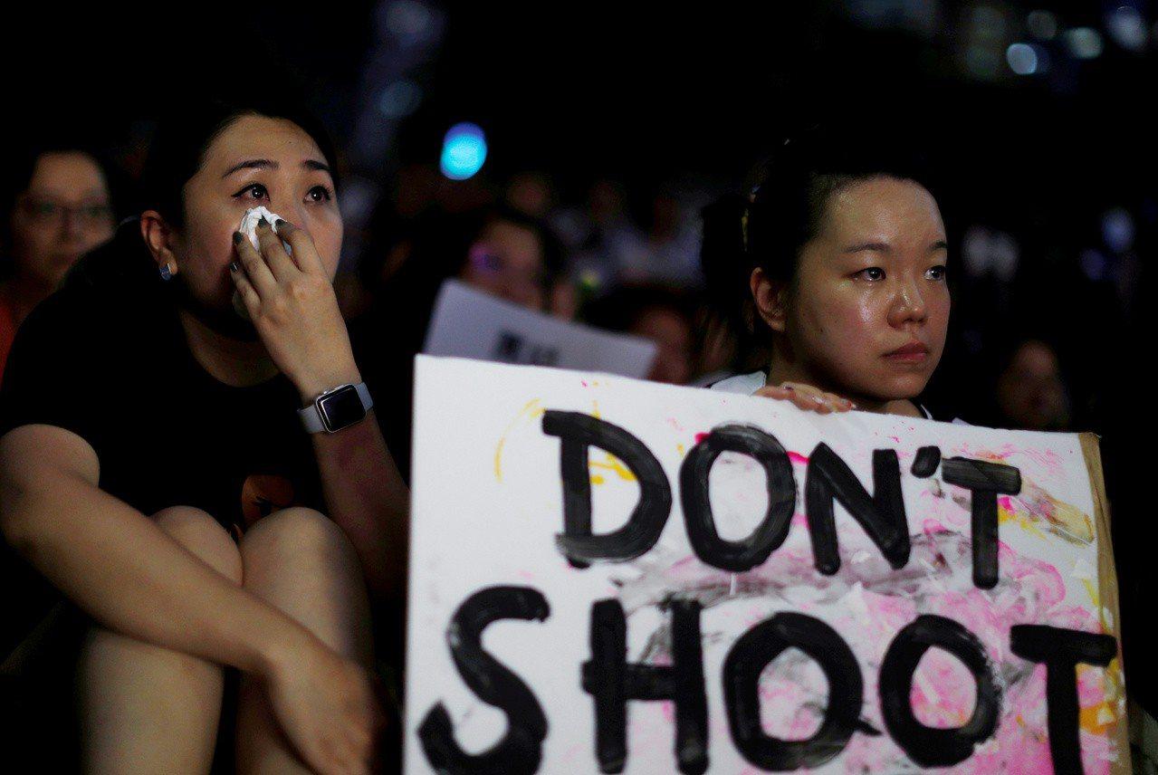 一群反對修訂「逃犯條例」的市民,在中環遮打花園發起「香港媽媽反送中集氣大會」。(...