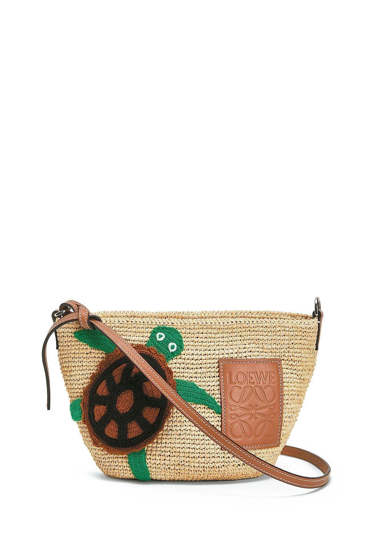 LOEWE小海龜酒椰葉編織提包,價格店洽。 圖/LOEWE提供