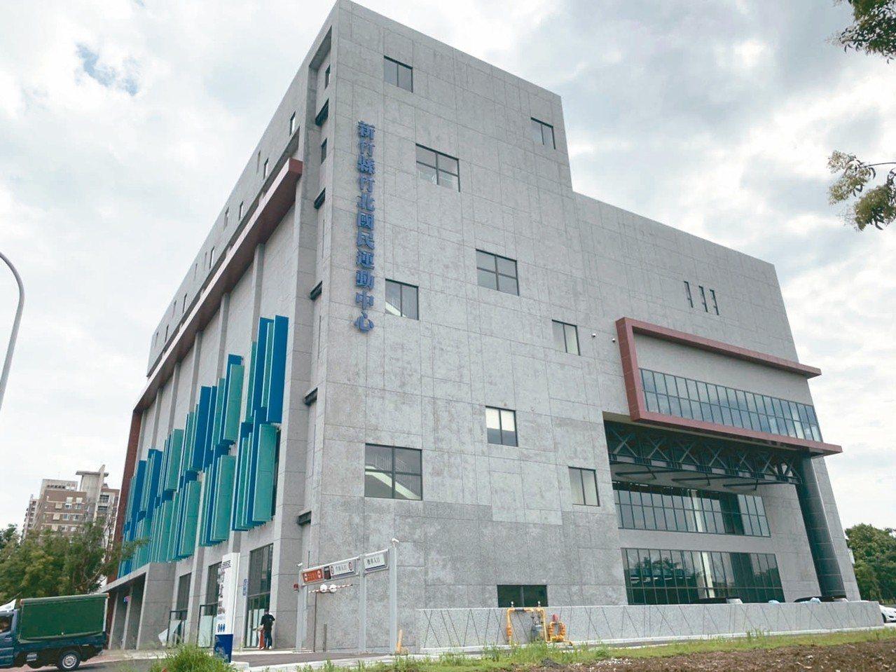 竹北運動中心還未營運,縣議員質疑廠商營運計畫書尚未送審,卻已開始宣傳優惠價格。 ...