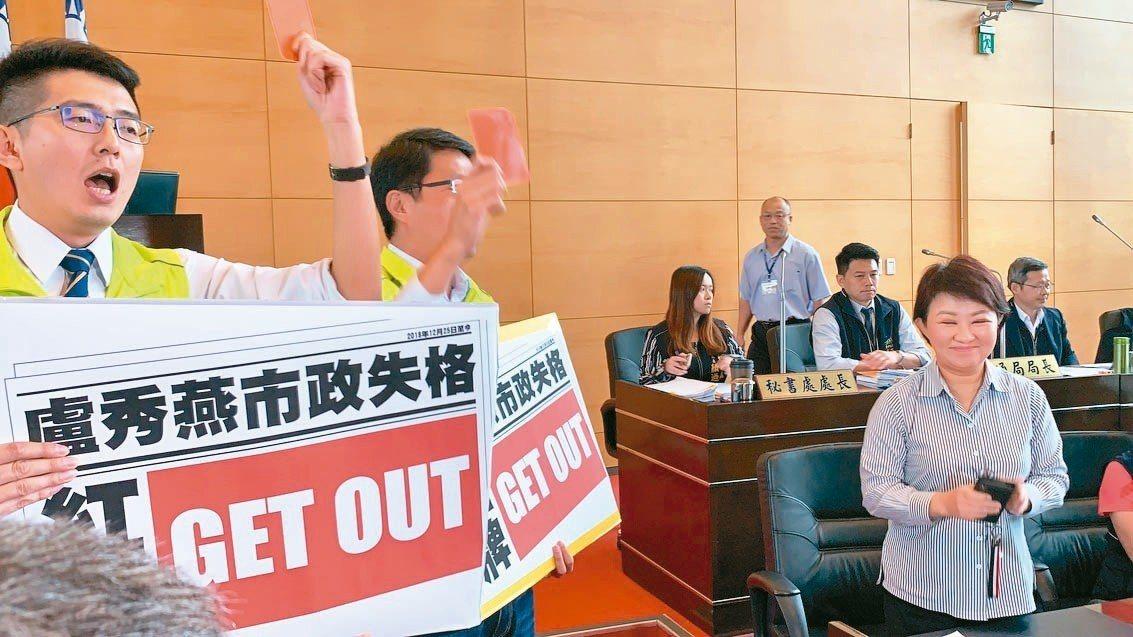 台中市議會昨天總質詢創首例,民進黨團9名議員用「足球紅牌」請市長盧秀燕離開議場,...