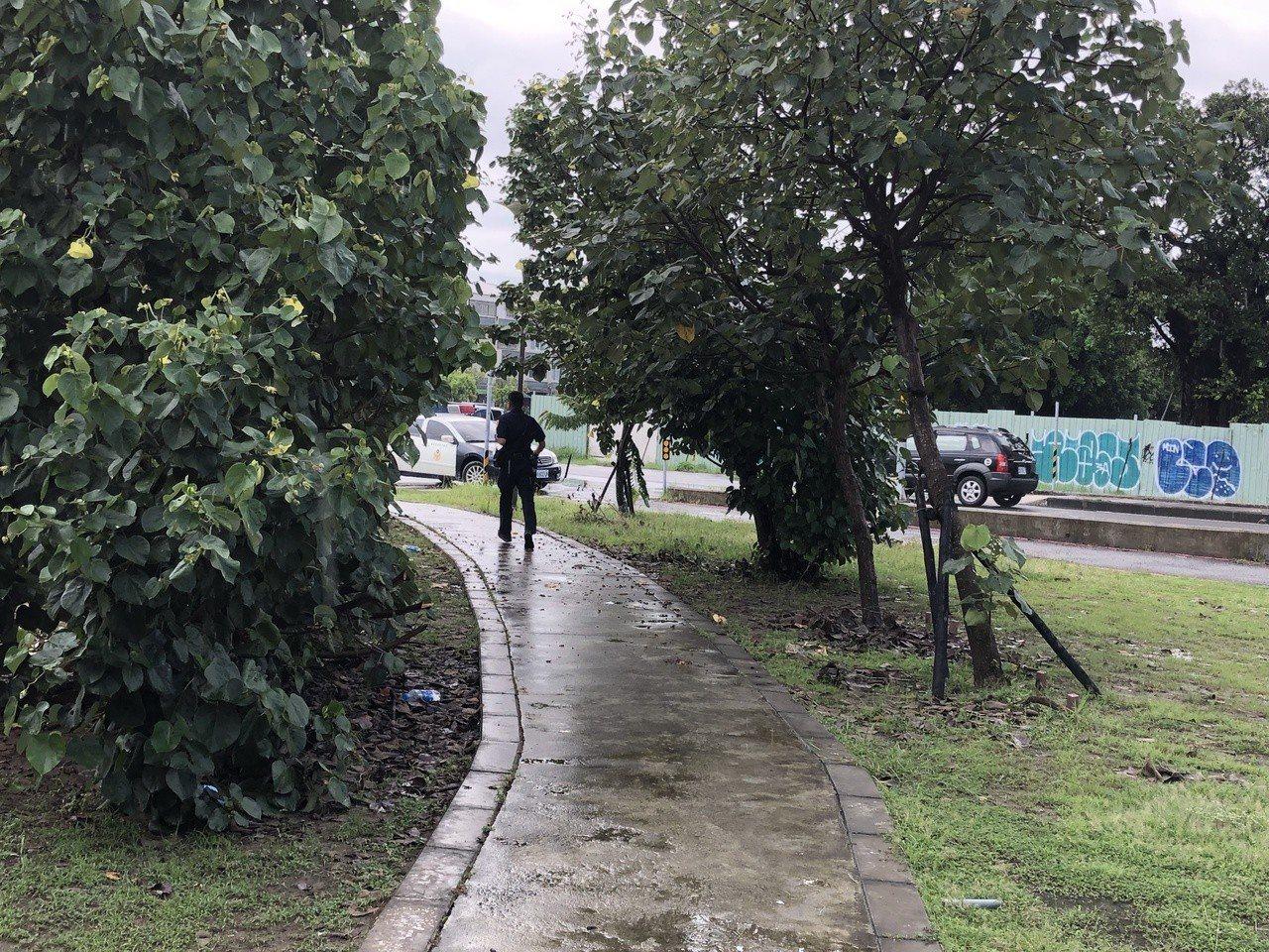 案發後,台南市警四分局安平派出所員警加強安平區水景橋巡邏工作。記者邵心杰/攝影