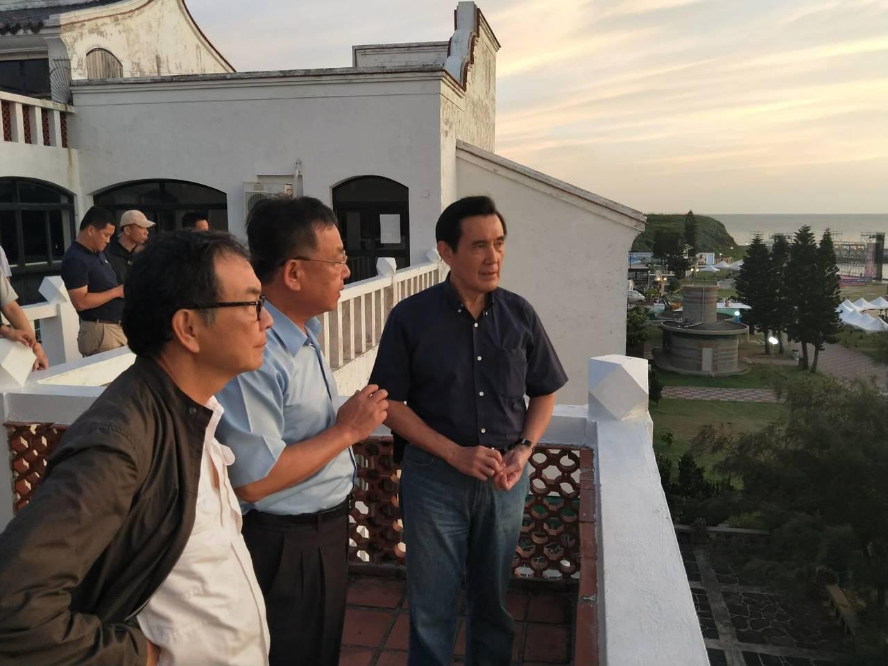 前總統馬英九(右一)到澎湖,縣長賴峰偉(中)陪同。 圖/澎湖縣府提供