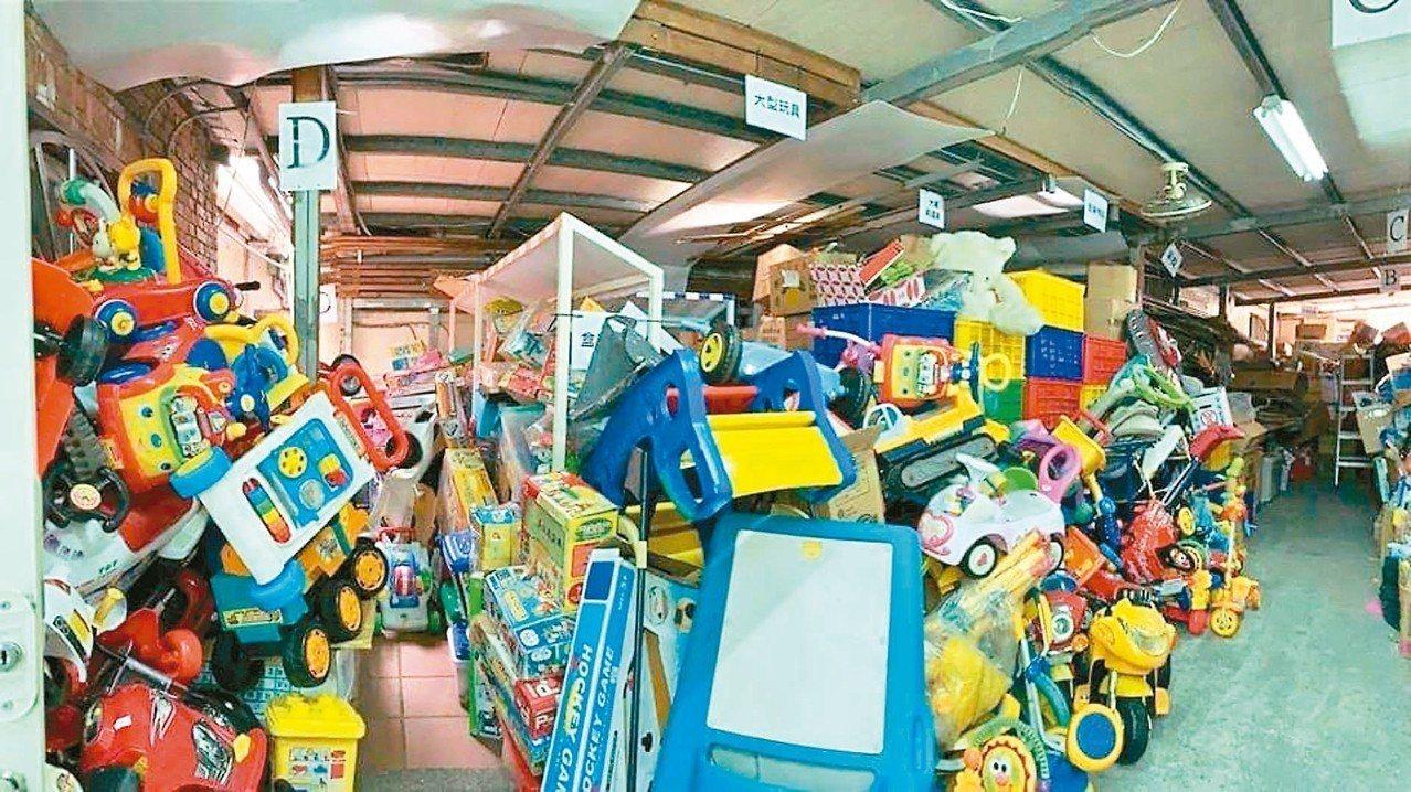 台灣玩具圖書館協會統計近三年來,台灣回收超過一百噸玩具,九成都是無法回收利用的塑...