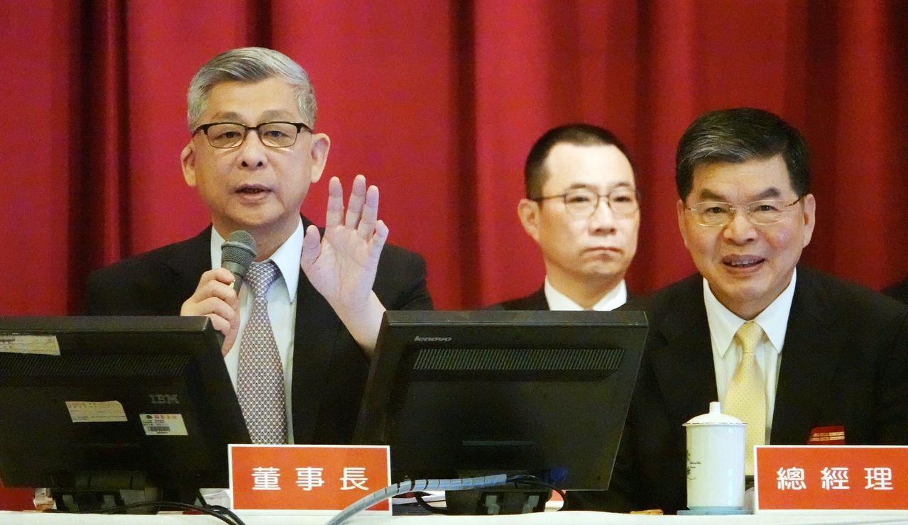 國泰金昨天舉行股東會,由董事長蔡宏圖(左)與總經理李長庚(右)主持。 記者杜建重...