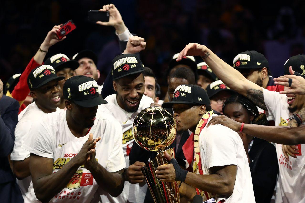 雷納德(中)率領暴龍奪下NBA總冠軍。 法新社