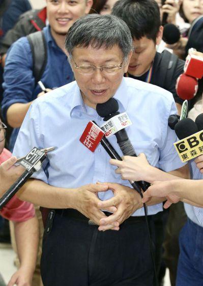台北市長柯文哲(中)昨天接受媒體訪問時,說賴清德「好可憐,被做掉」。 記者林伯東...