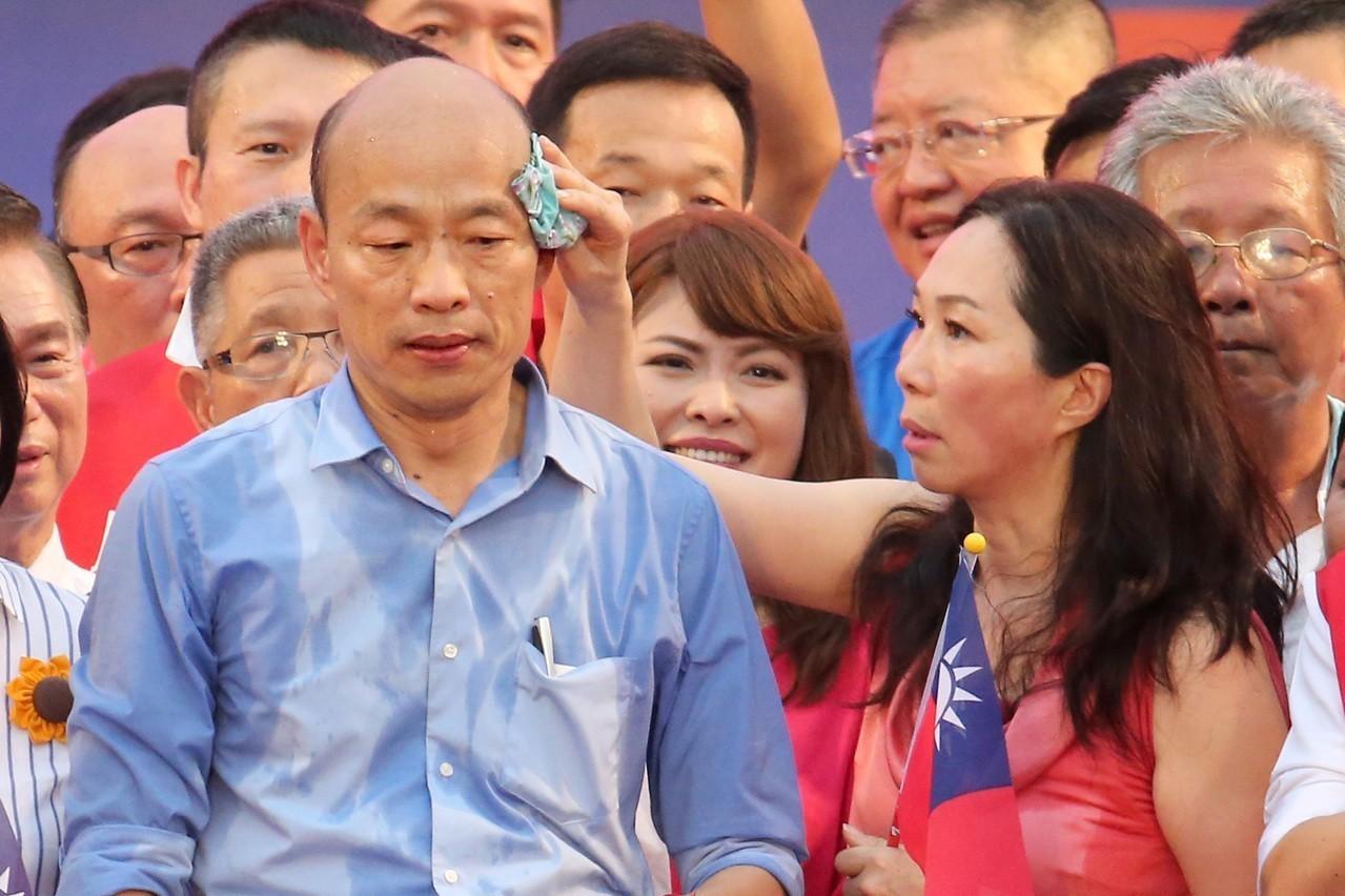 高雄市長韓國瑜(左)與妻子李佳芬,日前出席凱道造勢大會。李佳芬用手帕幫韓國瑜擦汗...