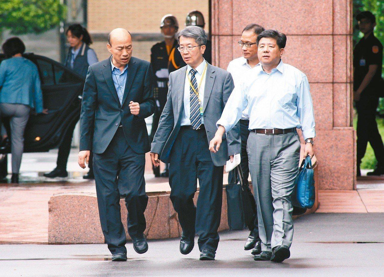 高雄市長韓國瑜(左一)前天出席行政院會,會後行政院長蘇貞昌臉書釋出影片,讓韓大呼...