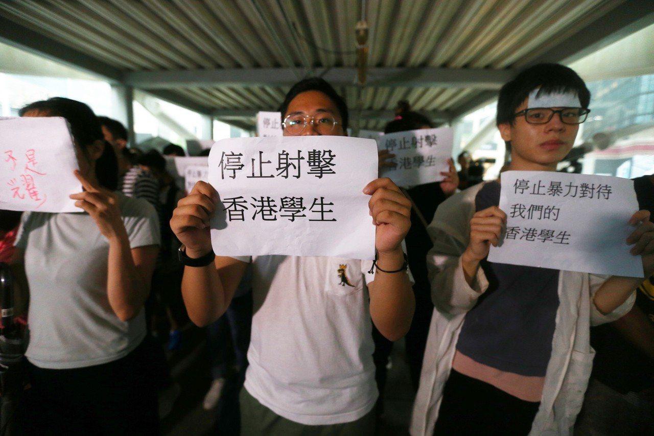 反送中示威警民衝突隔天,香港立法會周邊陸橋有民眾手舉標語呼籲警方停止暴力對待學生...