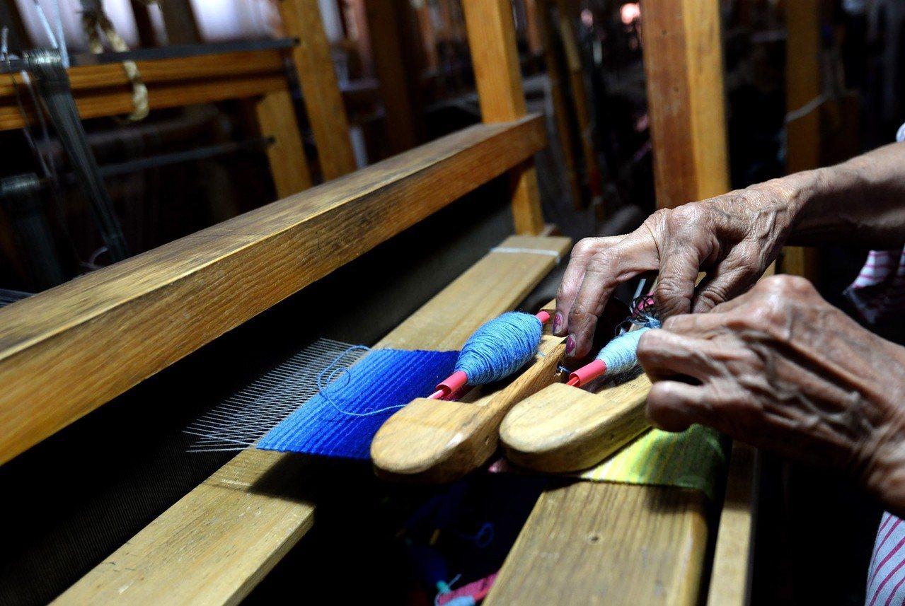 墨西哥工匠製作傳統披肩毛毯。 (歐新社)
