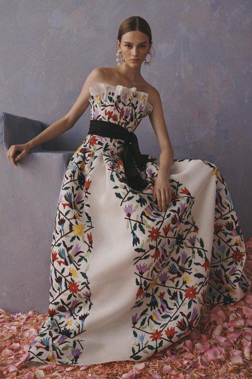 「卡羅琳娜・海萊拉」晚禮服的刺繡圖案,被指抄襲墨西哥中部伊達爾戈州「特南戈德多里...