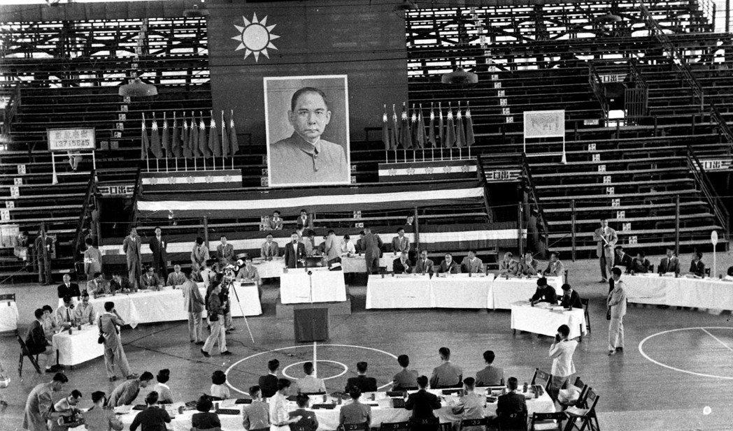 1954年10月23日,實施耕者有其田案台灣水泥公司移轉民營第一次股東大會在三軍...