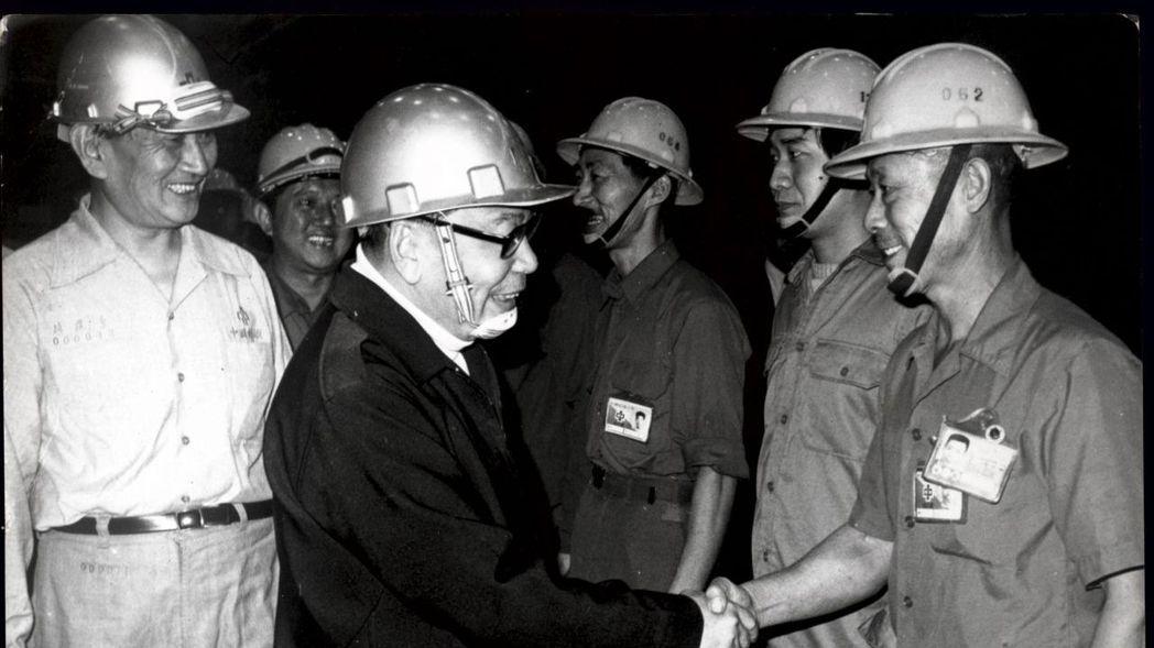 1976年,時任行政院長蔣經國到高雄巡視十項建設中的中船及中鋼工廠,慰勉工作人員...