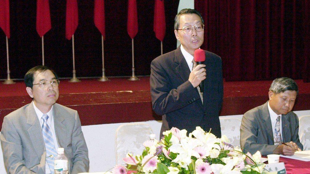 2002年,宏碁電腦昨天由董事長施振榮(中)主持股東會。 報系資料照