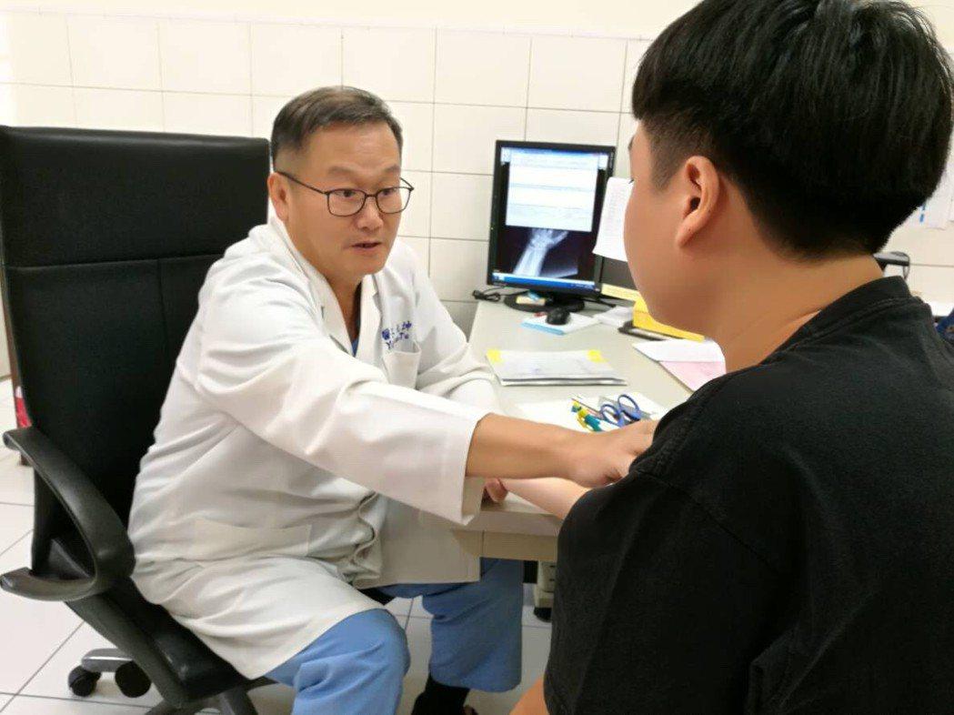義大醫院杜元坤院長自創神經重建手術, 成功率超過80%。 圖/義大醫院提供