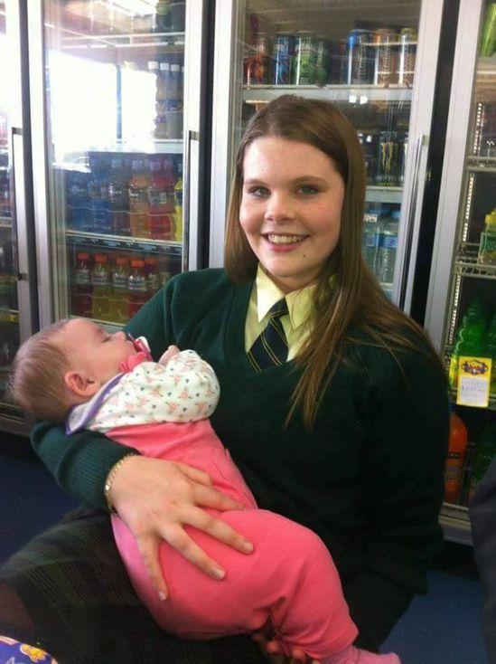 4個月大的愛蜜莉和姐姐。