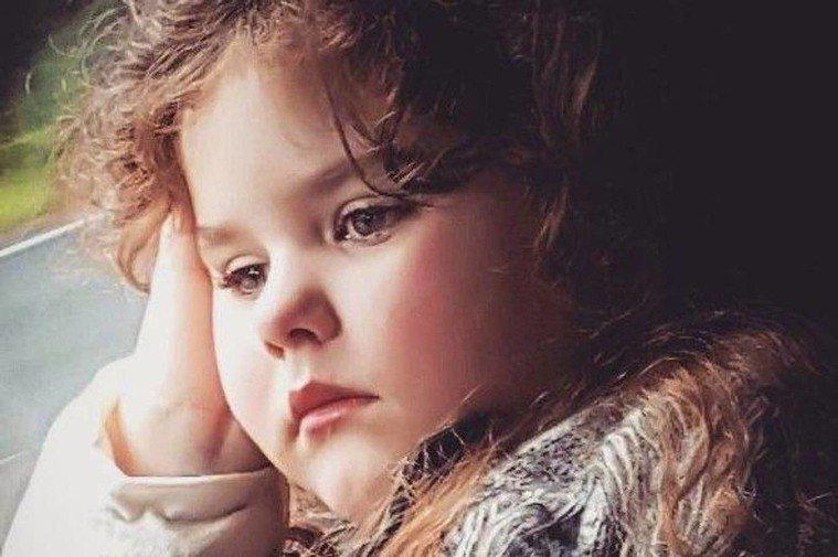 愛蜜莉因罕病失去了童年。圖取自鏡報,下同。