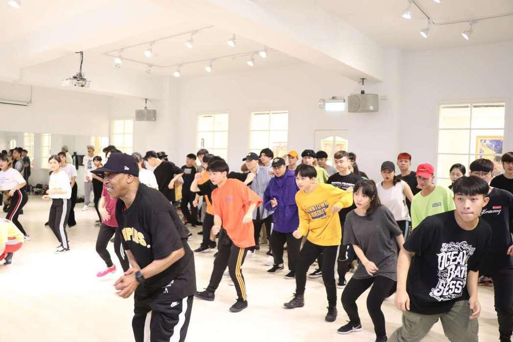 Tony Go Go帶領東南科大表藝系排練街舞。 東南科大/提供