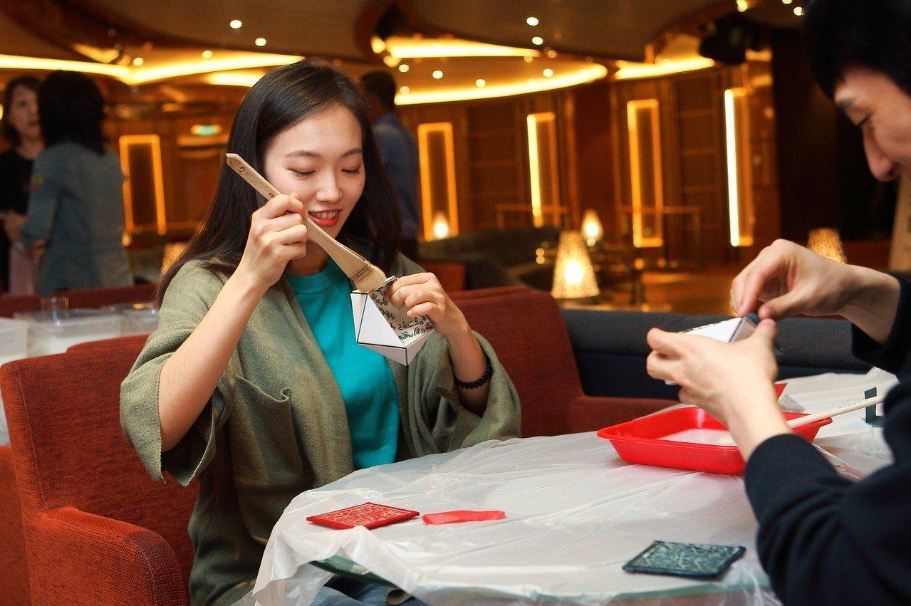 民眾在體驗課程上,可以DIY製作韓紙珠寶盒。記者陳睿中/攝影
