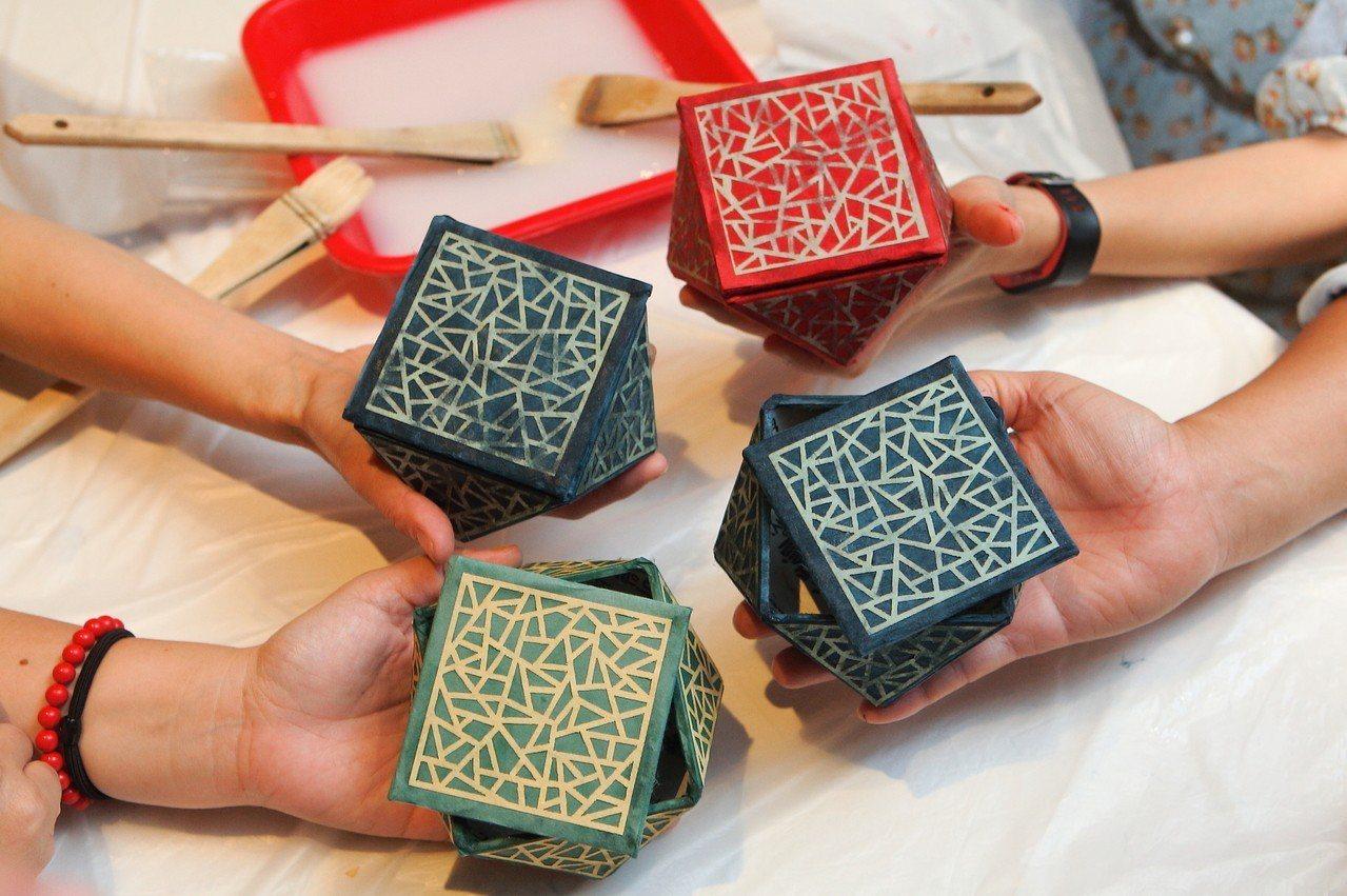 民眾自行製作的韓紙珠寶盒。記者陳睿中/攝影