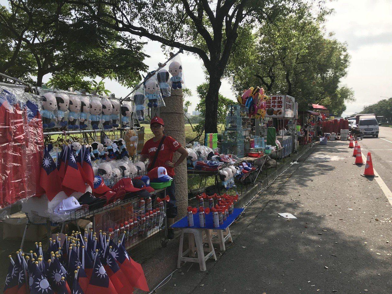 雲林女婿、高雄市長韓國瑜第三場造勢今天在雲林縣斗六人文公園舉辦,許多攤販一早到現...