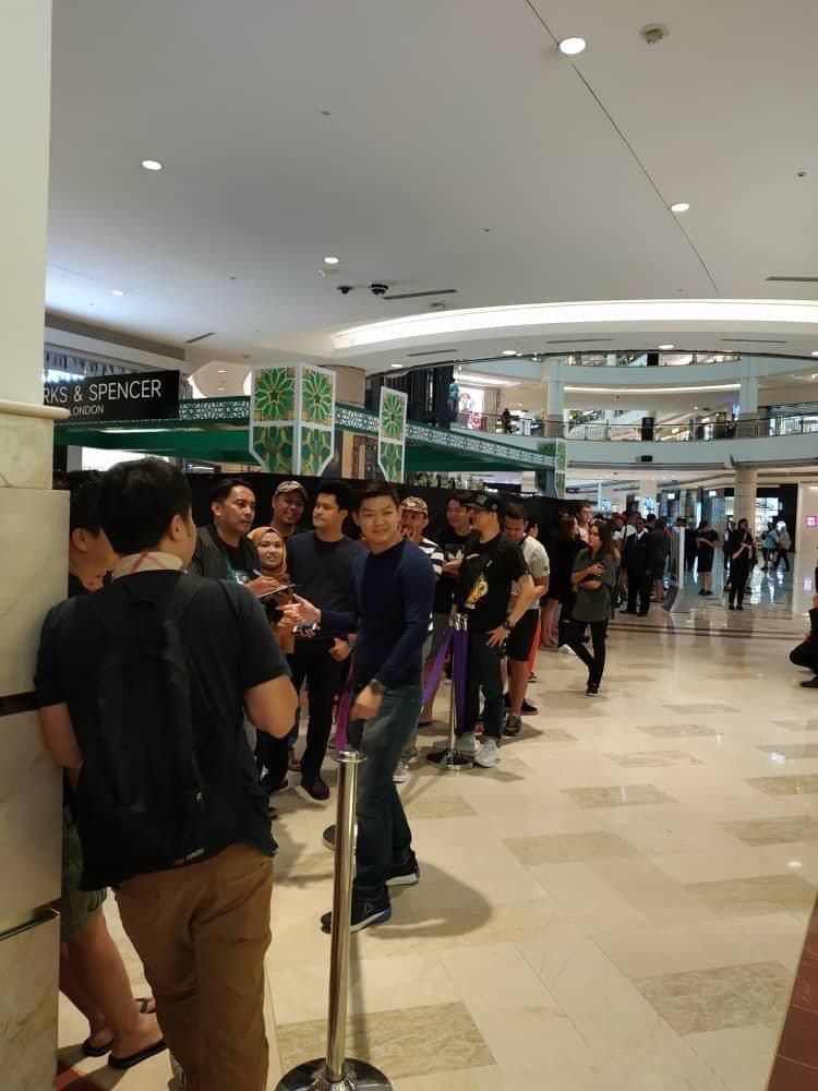 在吉隆坡的SWATCH形象店前,出現了要購買SWATCH和BAPE聯名表的人潮。...