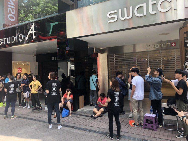 今日(6/15)在SWATCH台北西門形象店,消費者排隊購買和BAPE聯名表的情...