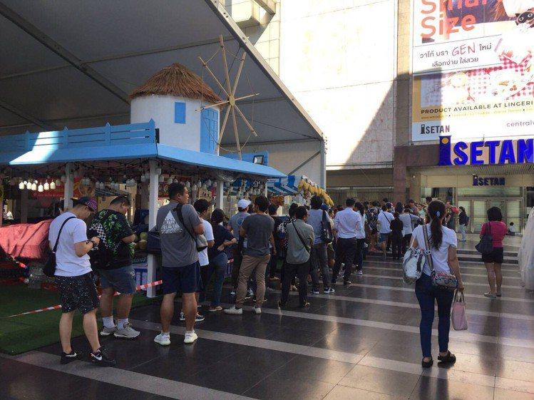曼谷的SWATCH形象店前,和其他國家一樣,有大批的消費者排隊想搶購SWATCH...