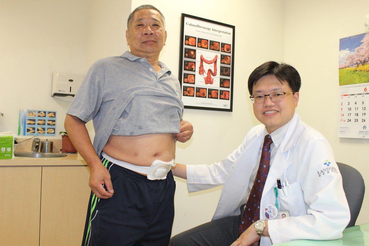 陳先生(左)熱心分享照護心得,獲聯新國際醫院大腸直腸外科醫師陳子安稱讚。圖/聯新...