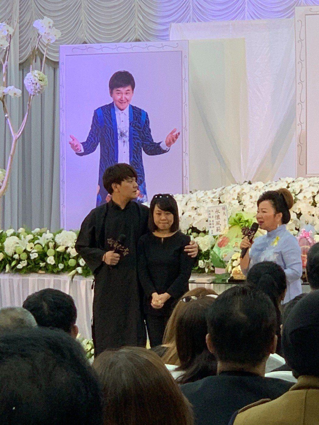 賀一航告別式,兒子曾治豪抱著賀遺孀Judy,留下感人畫面。記者陳慧貞/攝影