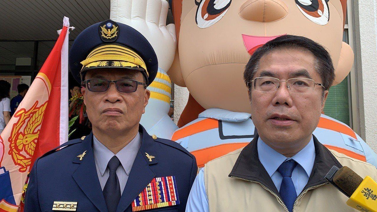 台南市警局長黃宗仁(左)與台南市長黃偉哲(右)在警察節慶祝活動臉色沈重,局長還眼...