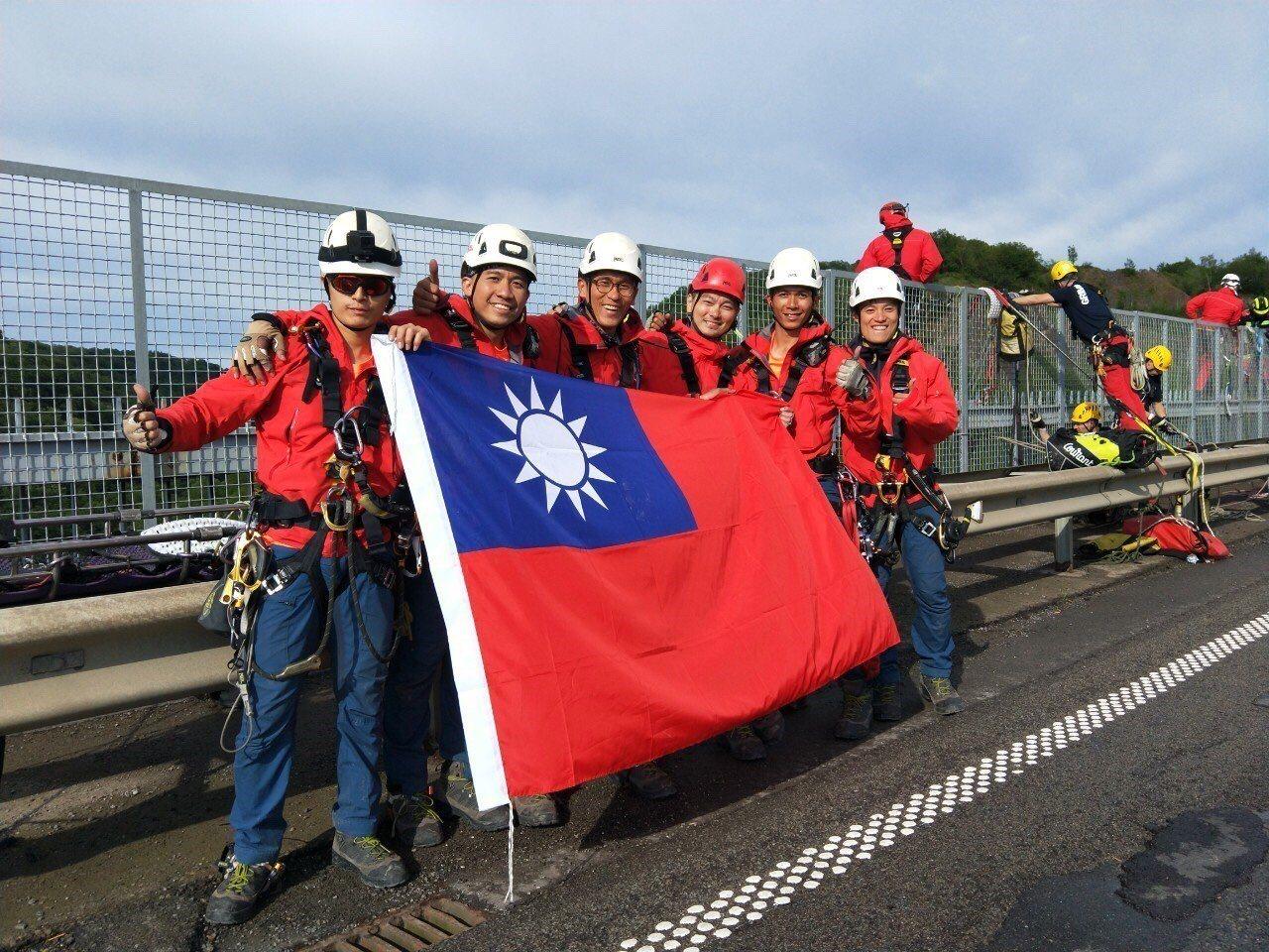 嘉義市政府消防局第二大隊東區分隊隊員章名慶是高雄繩索救援隊成員,日前與救援隊遠赴...