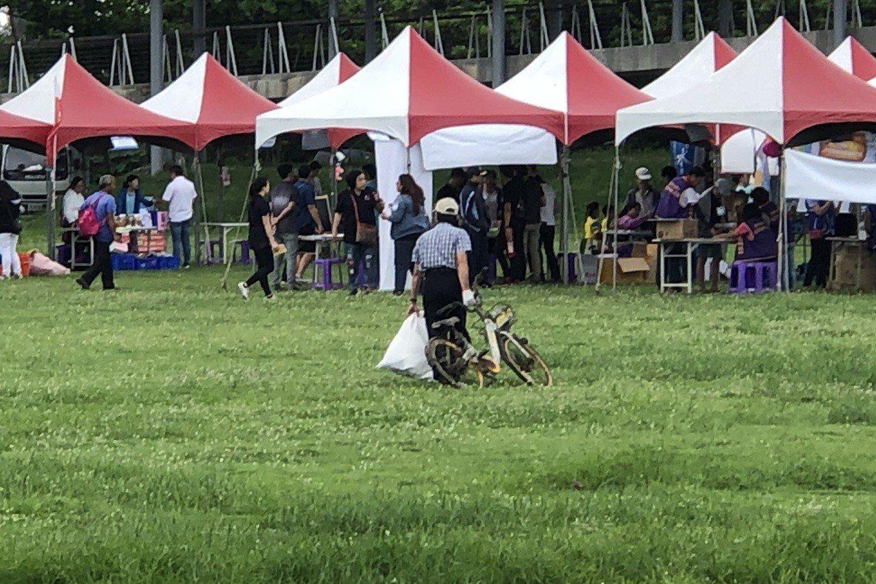 民眾在海邊也撿拾到一輛被亂丟的Obike單車。記者尤聰光/攝影